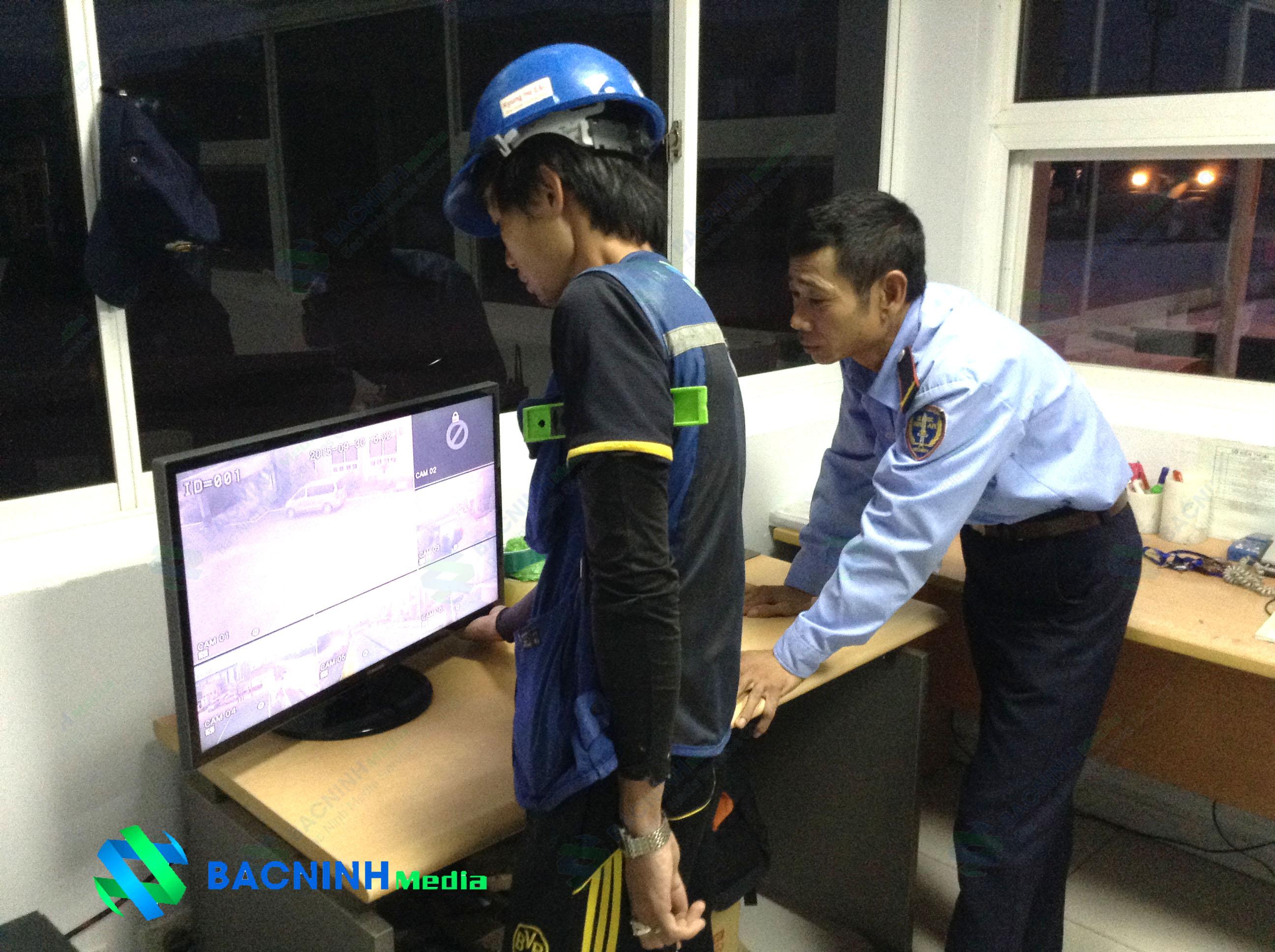 Hướng dẫn nhân viên công ty khách hàng sử dụng quản lí các thiết bị và theo dõi an ninh qua hệ thống camera theo dõi