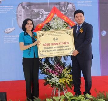 Đồng chí Bí thư Tỉnh ủy trao biển công trình kỷ niệm cho đại diện Công ty TNHH SeJung Việt Nam.