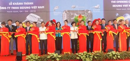 Các đồng chí lãnh đạo tỉnh và các đại biểu cắt băng khánh thành Nhà máy.