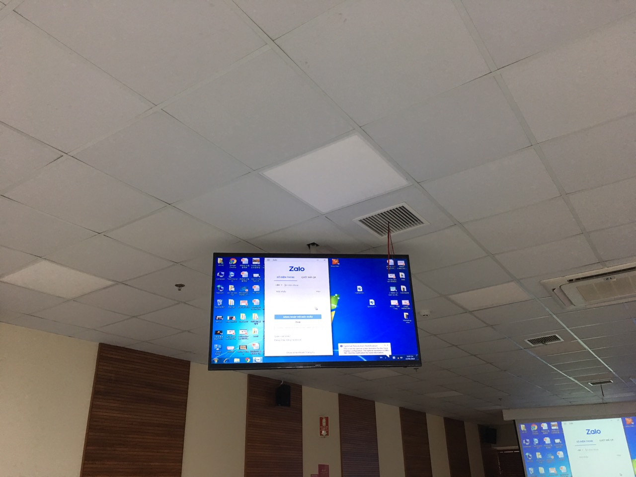 Lắp đặt hệ thống màn hình ti vi màn hình treo trần