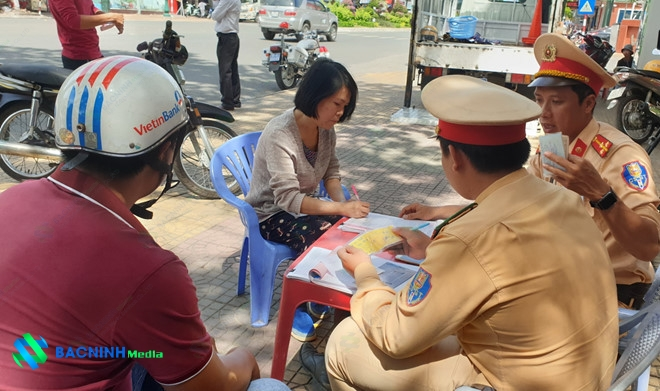 Thông qua hình ảnh camera, lực lượng CSGT xử phạt người vi phạm trật tự an toàn giao thông /// Ảnh: Thiện Nhân