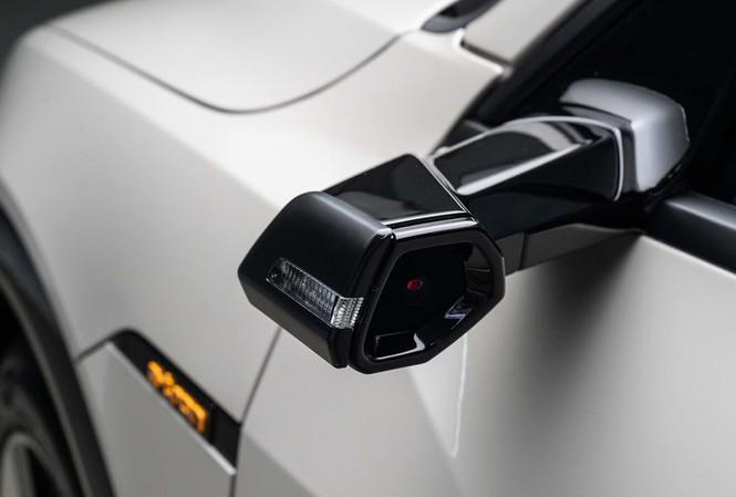 """Gương chiếu hậu """"camera"""" trên mẫu xe điện Audi e-tron. Ảnh: The Drive"""