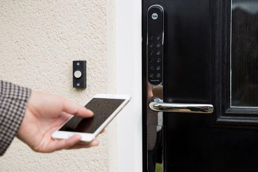 khóa cửa điện tử mở bằng điện thoại